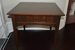 Thomasville End Table, Mahogany color, excellent condition in Naperville, Illinois