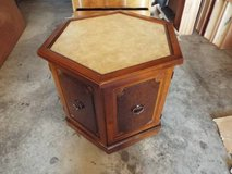 End Table Excellent condition in Fort Leonard Wood, Missouri