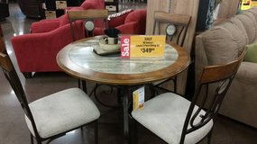 4 seating round dining table in Fort Lewis, Washington