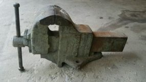 """vintage charles parker no. 806 bench  vise 6"""" jaws 152 lbs. in Naperville, Illinois"""