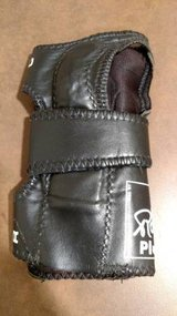 Robby's Automatic Positioner Bowling Wrist Guard R/H SZ M (T=26) in Fort Campbell, Kentucky