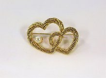 collectible aai double heart twisted gold tone faux pearl brooch hat lapel pins in Kingwood, Texas