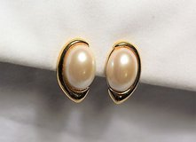 collectible signed napier faux pearl white gold tone screw on earrings vintage in Kingwood, Texas