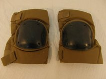 us military issue bijans coyote brown medium two adjustable strap knee pads  00415 in Fort Carson, Colorado