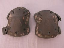 us army acu pattern hatch xtak one size adjustable straps knee pads  00667 in Fort Carson, Colorado