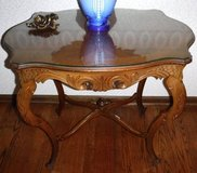 Antique French style Accent Table ~ Curved Legs ~ Glass Top ~ Beauty! in Joliet, Illinois