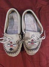 minnetonka moccasins brown tan leather youth kids size 1 red black beads 5391 in Fort Carson, Colorado
