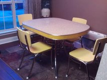 Vintage Dining table w/4 chairs in Warner Robins, Georgia