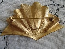 Vintage gold tone Monet brooch/very good condition in Las Cruces, New Mexico