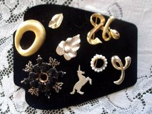 8 vintage brooches/ gold tone/metal pearl in Las Cruces, New Mexico