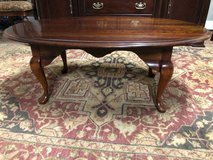 Oval coffee table good condition in Chicago, Illinois