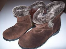 WOMENS WINTER BOOTS SZ 8M in Orland Park, Illinois
