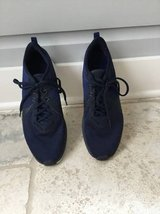 Like NEW Men's Blue (Solid Navy) Nike Gym Shoes Size 10 in Batavia, Illinois