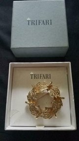 Vintage New in Box TRIFARI Gold Tone Circular Wreath Pin with Clear Rhinestones! in Bellaire, Texas