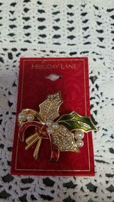 New Macy HOLIDAY LANE Rhinestone and Pearl Leaf Christmas Pin! Mint in Bellaire, Texas