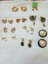 10 pairs of mixed lot of vintage clip earrings!  very nice jewelry! unsigned in Bellaire, Texas