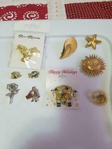 10pc Mixed Lot Vtg Pins Brooches! Signed & Unsigned (Frogs, Flower, Star, Sun, School Bus, Fish,... in Bellaire, Texas