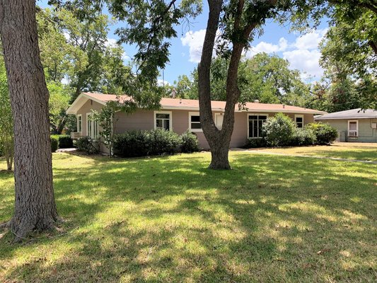 Great yard! 2 living areas! 2/1! in REmilitary