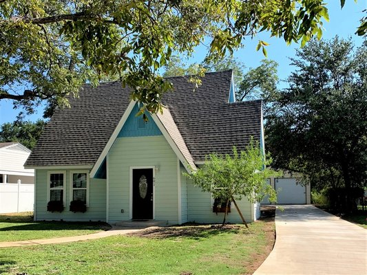 1920's home with new conveniences! 4/2.5 in Seguin in REmilitary