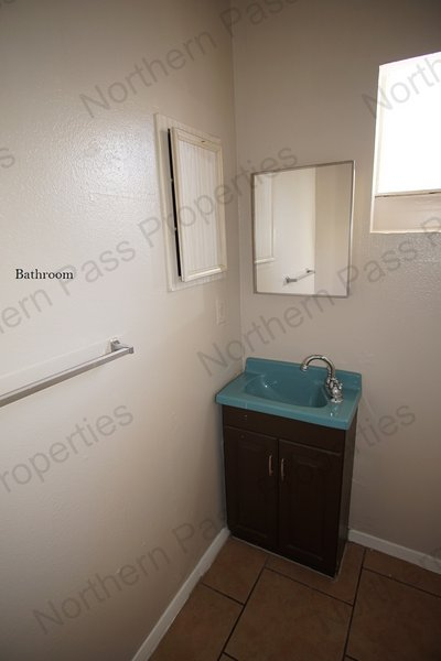 Adorable Studio ready for immediate move in!! All in REmilitary